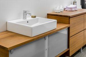 Puiset kylpyhuonekalusteet
