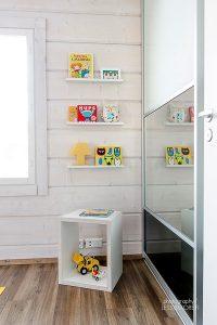 Lastenhuoneen liukuovikaappi peilillä