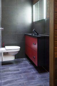 Tummasävyinen wc