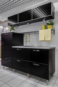 Musta pieni keittiö