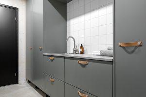 Kodinhoitohuone trendikkäissä väreissa ja nahkavetimillä.