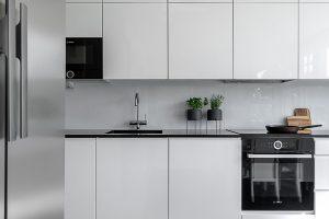 Valkoinen keittiö rosterisilla kodinkoneilla