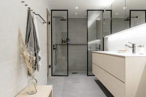 Skandinaaviseen sisustukseen sopiva kylpyhuone Puuvajalta