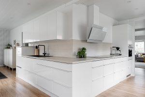 Valkoinen keittiö remontoidussa 50-luvun talossa